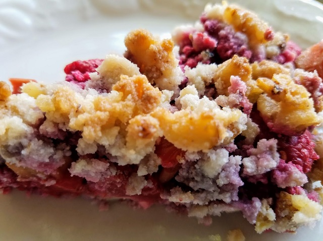 Low-Carb Berry Rhubarb Crumble